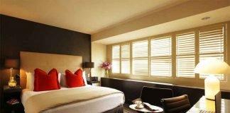 phòng ngủ lãng mạn điểm nhấn là cặp gối đỏ cảm xúc nồng cháy